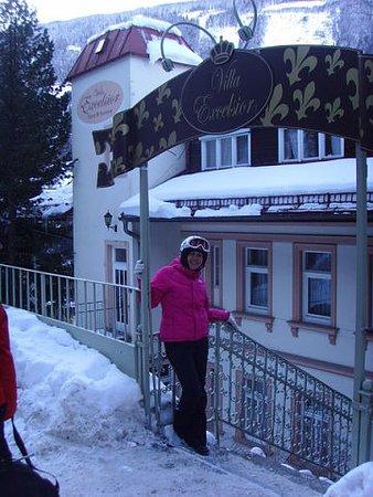 Villa Excelsior Hotel & Kurhaus: жена на фоне отеля