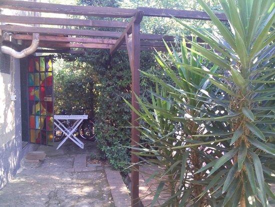 """Lorenzana, İtalya: Au fond, l'entrée de l'appartement """"castagno"""", à droite derrière les yukas, sa terrasse privativ"""