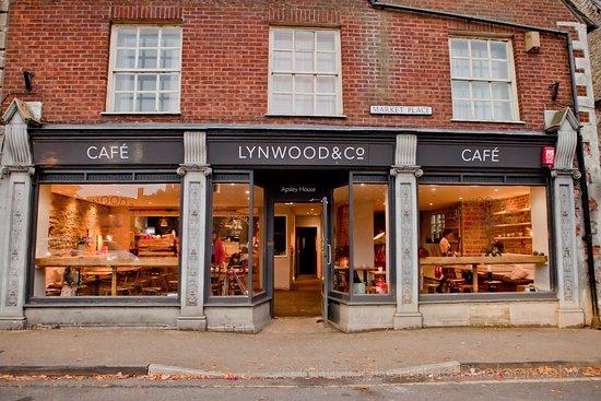 Lechlade, UK: Lynwood cafe frontage