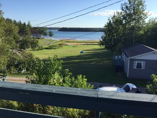 DeRoma Cottages: View from deck superior to minimal beach