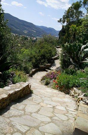 Roquebrun, Francia: De petits sentiers et quelques escaliers vous méneront vers de très beaux endroits.