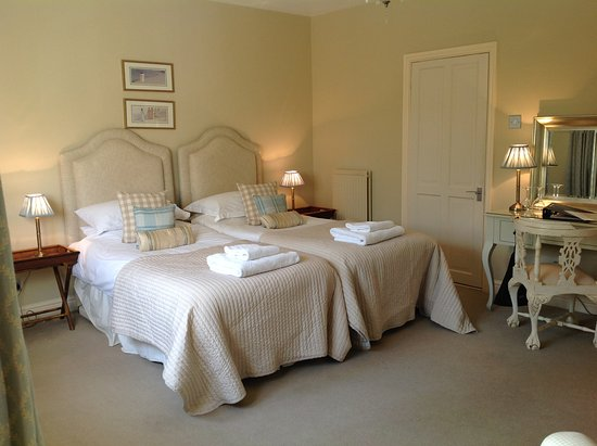 Bradford-on-Avon, UK: Super kingsize beds or twin beds at Great Ashley Farm luxury farmhouse B&B