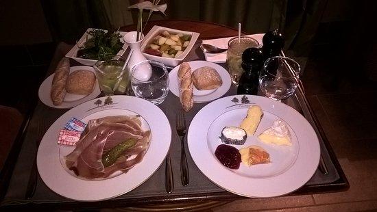 Augerville-la-Riviere, Франция: notre plateau room service... top
