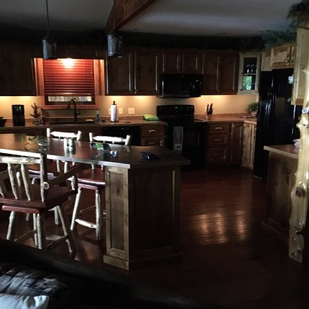 Lake Shore Cabins on Beaver Lake: Full kitchen Kitchen with bar area overlooking the lake