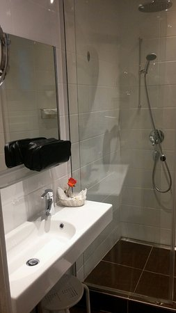 Eden Hotel Geneva : Nice renovated bathroom