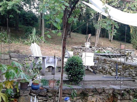 Camares, فرنسا: plusieurs espaces de repos, un peu plus loin, un hamac invite à la lecture à l'ombre !