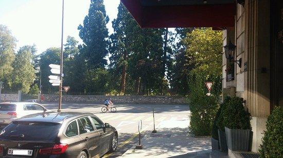 Eden Hotel Geneva : At hotel entrance, looking towards park