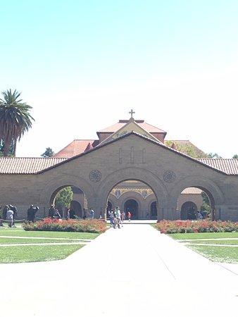 Palo Alto, Californië: entrée de stanford avec les bourgeois de calais sur la gauche, cadeau de Rodin, et l'église