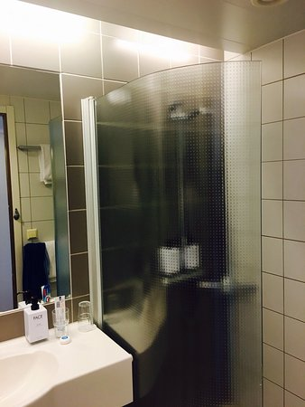 Scandic Alvik: Pokoj i łazienka.
