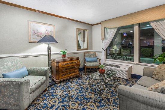 Baymont Inn & Suites Greensboro/Coliseum: Lobby