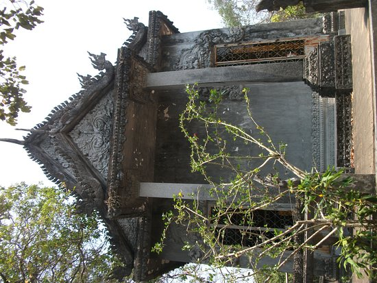 Kep, Cambodja: Old temple on the roadway