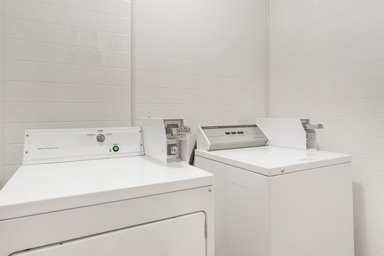 Baymont Inn & Suites Greensboro/Coliseum: Laundry Room