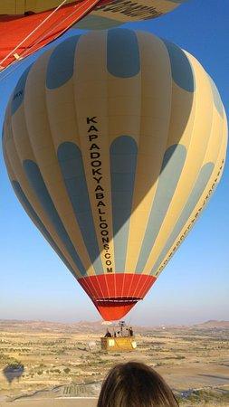 Kapadokya Balloons: Balonlarımız sırasıyla havalanıyor.