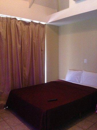 Hotel La Flor de Itabo: habitación muy oscura, no pudimos abrir las cortinas