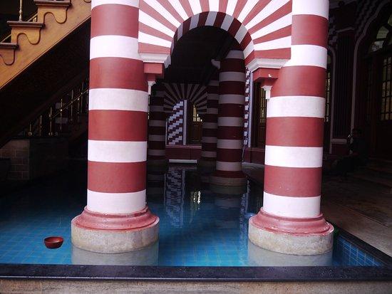 Jami Ul-Alfar Mosque: Arco y piscina interior