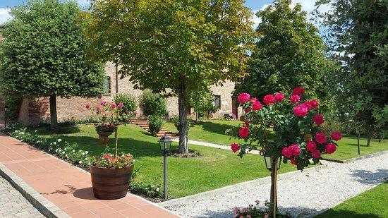 Borgo Tre Rose: Piękna zieleń i kwiaty borgo