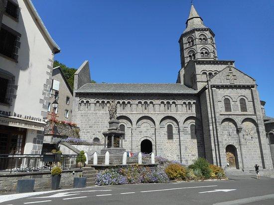 """Orcival, Francia: de la terrasse du """"cantou"""" vue imprenable sur cette magnifique basilique romane auvergnate"""
