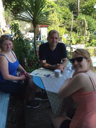 Solva, UK: Lovely shady table to recover from our walk!