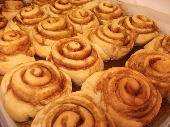 Williams Lake, Canadá: Cinnamon Buns - made and baked fresh every day!