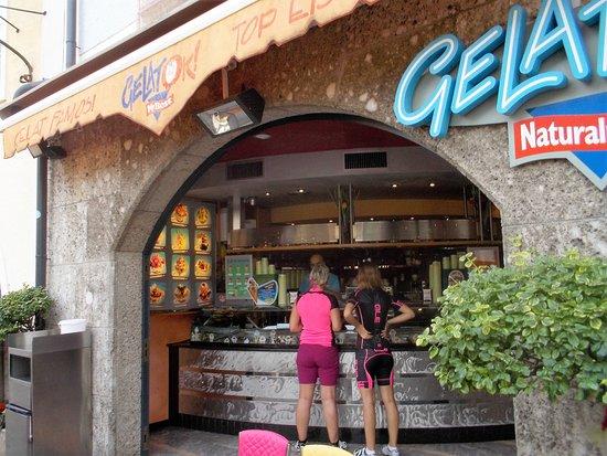 GelatOK : Blick zur Speiseeisvitrine