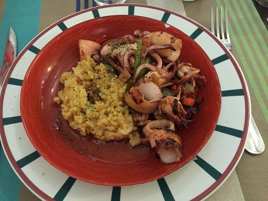 Ascain, Francia: plat : chipirons à la plancha à l'aïl et au piment doux et risotto