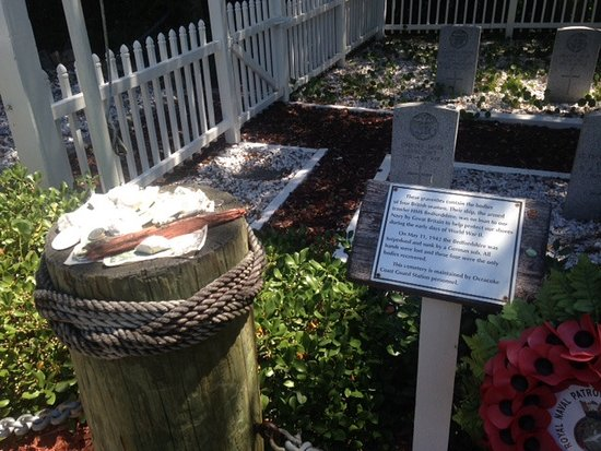 Ocracoke, นอร์ทแคโรไลนา: Cemetary with money and plaque