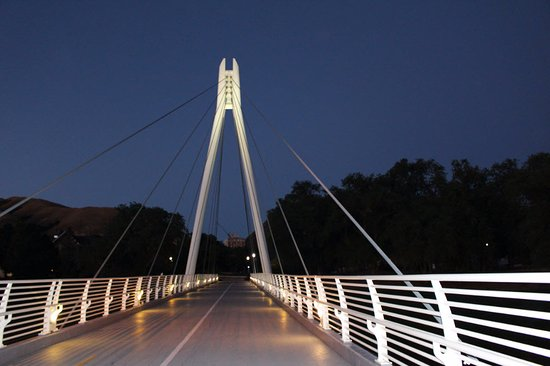 University Guest House & Conference Center: Walk bridge in the night