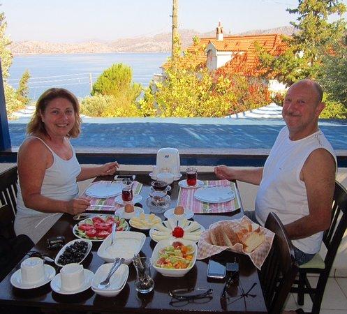 Sogut, Turquía: Tamamen doğal ürünlerden oluşan kahvaltımız. Erik reçeli, Yoda'nın bahçesindeki ağacın ürünü