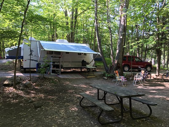 Perth, Kanada: Hogg Bay pul-thru campsite with good shade.