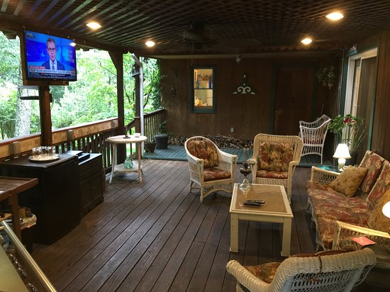 Madison, VA: Covered Side Deck & flat screen TV