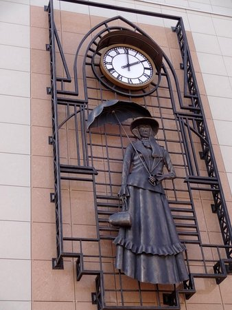 Памятник девушке с зонтиком
