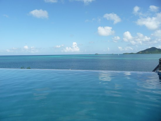 Cocobay Resort: The infinity pool
