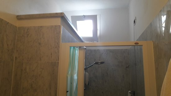 fenetres salle de bain rideau de salle de bain fenetre modele de rideaux pour fenetre salle de. Black Bedroom Furniture Sets. Home Design Ideas