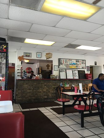 Elmendorf, TX: Tom's Burgers & More