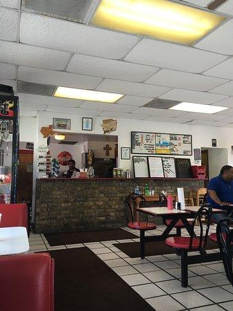 Elmendorf, Teksas: Tom's Burgers & More