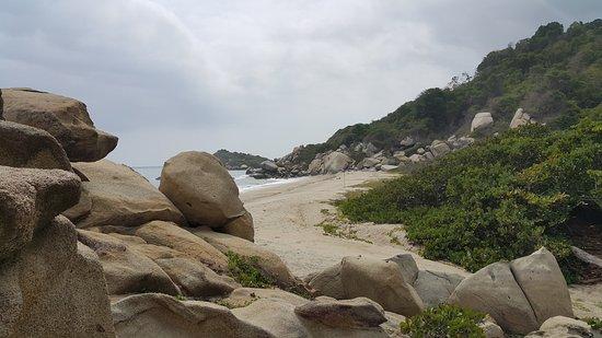 Parque Nacional Natural Tayrona: una de las salidas a la playa de los senderos que conduce por las playas del parque