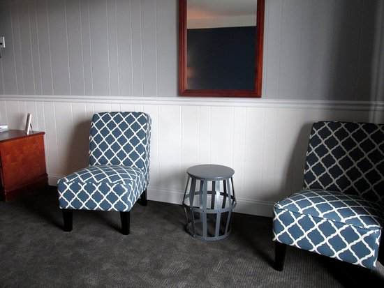 Trade Winds Inn Sitting Area Chairs Mirror And Table