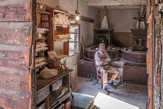 Loro Ciuffenna, إيطاليا: Il portale del tempo che fu...