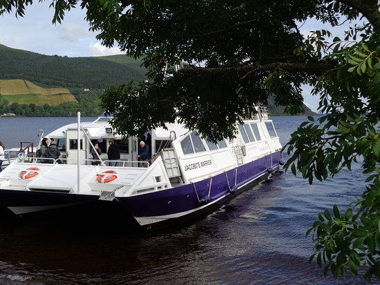 Drumnadrochit, UK: Our Loch Ness Tour Boat Coming in