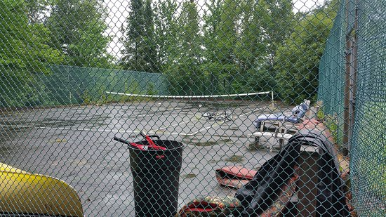 Sundridge, Canadá: Tennis courts and surrounding grounds are full of junk.
