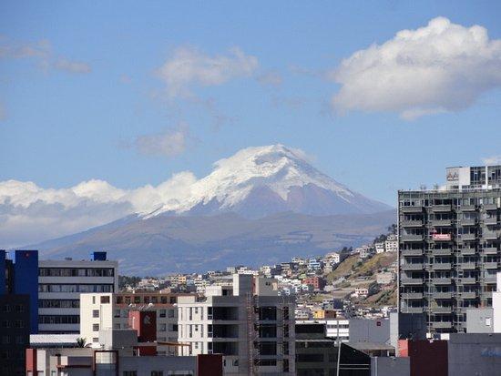 Hotel Rio Amazonas Internacional: O vulcão, visto da janela do quarto.