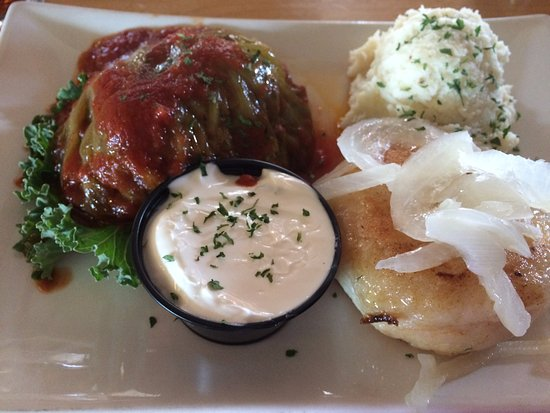 Wilno, Canadá: Cabbage roll, mash potato, perogie & sour cream
