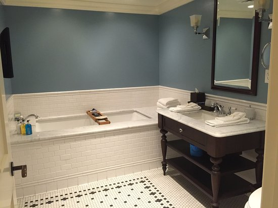 ‪‪The Ocean House‬: 2nd bathroom of Oceanfront Suite with deep soaking tub‬