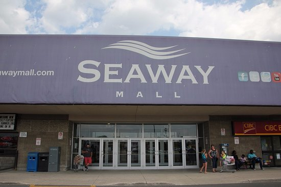 Welland, Canadá: The main entrance to the Seaway Mall