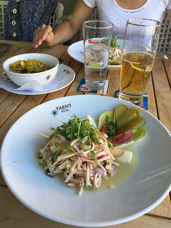 Kisslegg, Tyskland: Super Schweizer Wurstsalat , gute Wurst guter Käse frische Zwiebel schön garniert. Frisches Gute