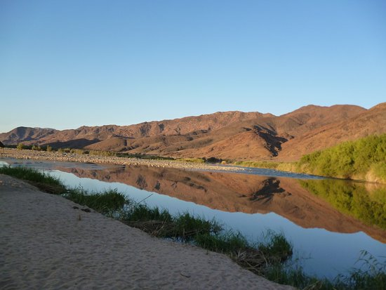 Richtersveld Transfrontier National Park, Afrique du Sud : A spectacular sunset view of the river and Namibian on the other side
