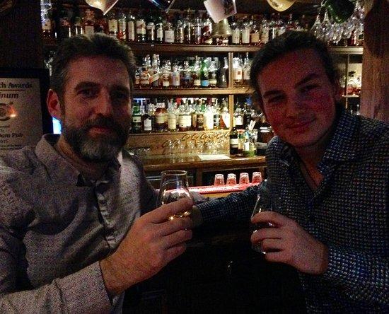 Thornbury, Canadá: Having a wee dram at the bar.