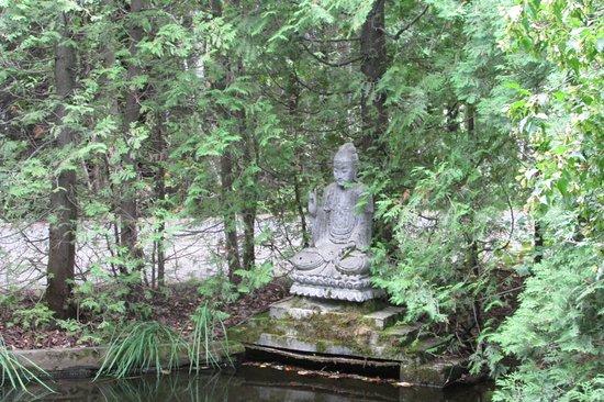 Bouddha assis beaucoup de sculptures dans les jardins for Bouddha dans jardin