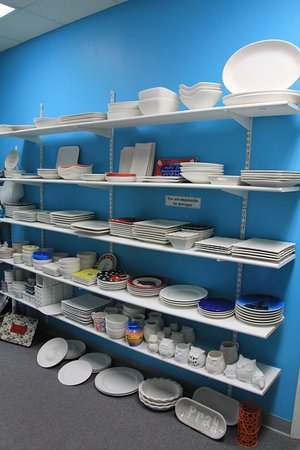 Cabot, Арканзас: Lots of plates, bowls and platters!