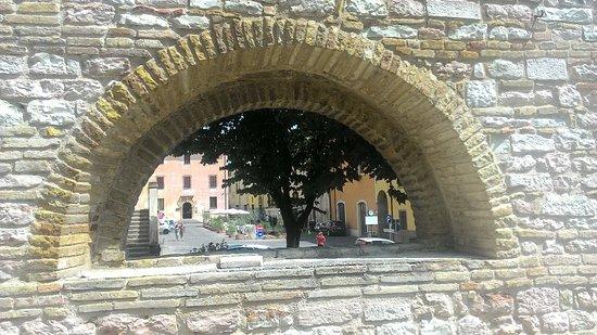 Sassoferrato, إيطاليا: La taverna é nella bellissima piazza principale
